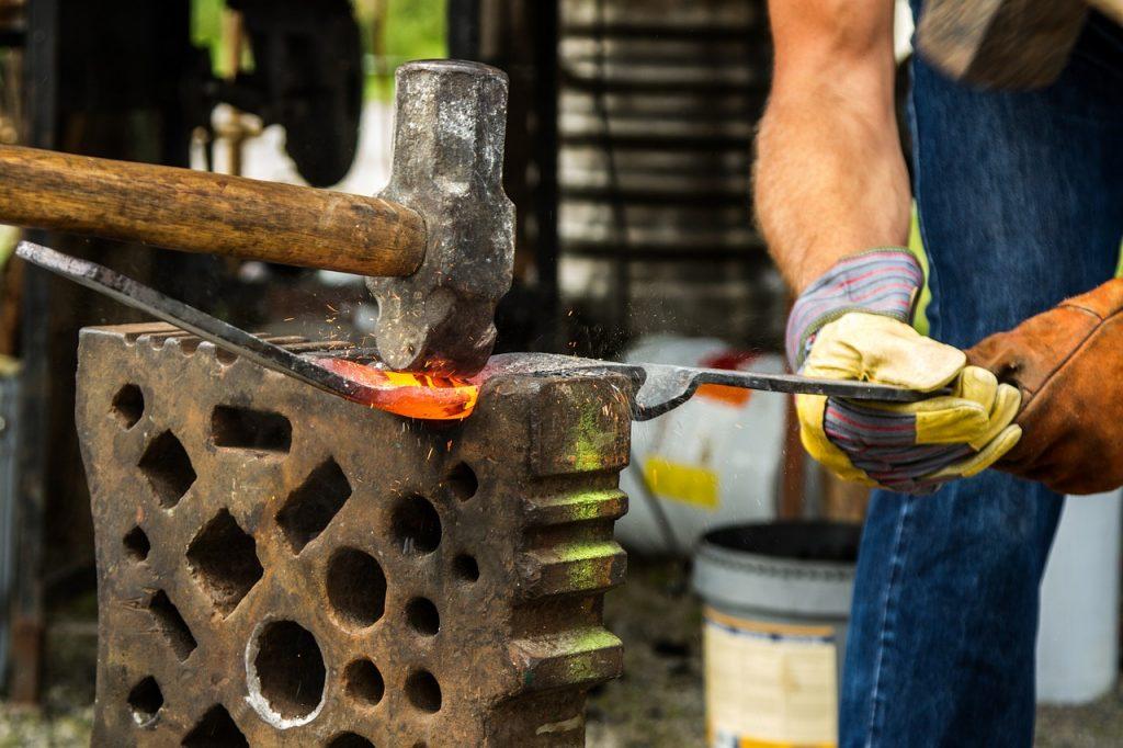 Ferro - inoxidable - alumini. Oferim la construcció a mida de qualsevol element metàl·lic per a la construcció. Portes, reixes, baranes, escales, tancaments de ballesta, estructures metàl·liques industrials, domèstiques, coberts, pàrquings, balles metàl·liques de filat. Fem forja artesanal i artística, seguint amb la llarga tradició de treball amb el ferro a Andorra.
